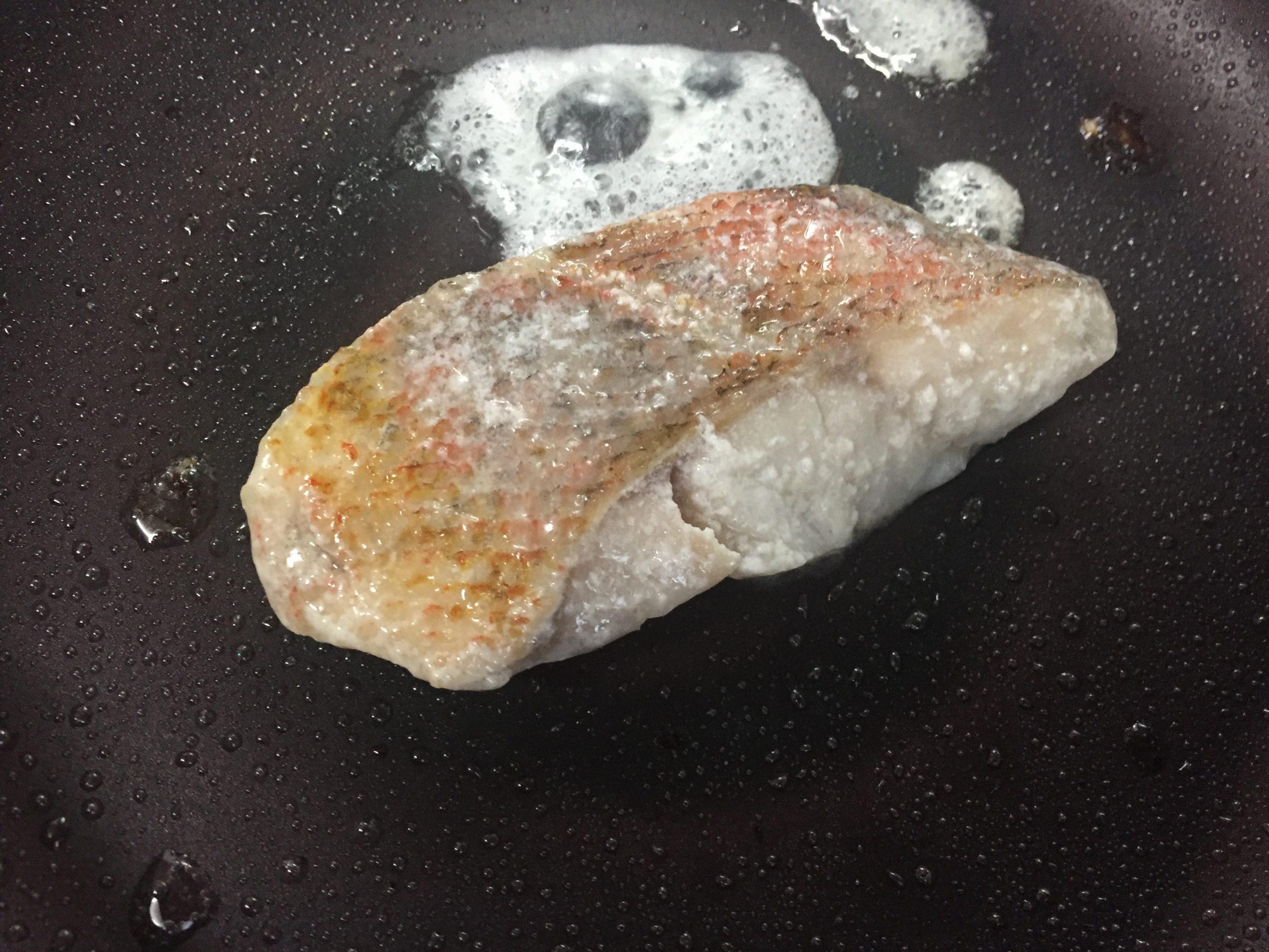 赤魚の粕漬焼きを焼いているところ